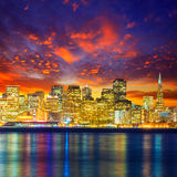 Reflexão da água da baía de Califórnia da skyline do por do sol de San Francisco foto de stock royalty free