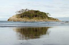 Reflexão da água da ilha Fotos de Stock Royalty Free