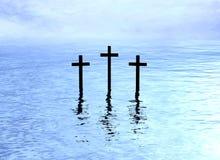 Reflexão da água de três cruzes Imagens de Stock