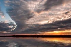 Reflexão da água do céu do por do sol Imagens de Stock Royalty Free