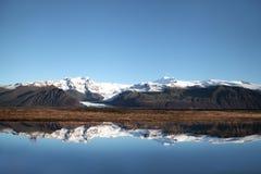 Reflexão da água do parque nacional de Skaftafell imagens de stock