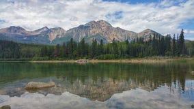 Reflexão da água na montanha da pirâmide fotografia de stock