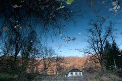 Reflexão da casa de campo no lago Fotos de Stock