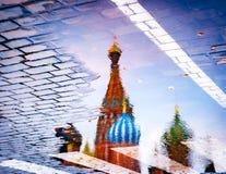 Reflexão da catedral do ` s da manjericão de Saint fotografia de stock royalty free