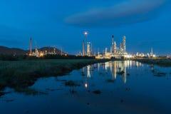 Reflexão da central elétrica de indústria petroquímica na noite Imagem de Stock