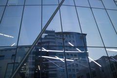 Reflexão da cidade das construções em Windows imagem de stock