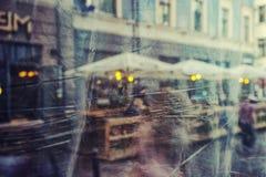 Reflexão da cidade no vidro do verão blurry imagens de stock royalty free