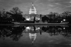 Reflexão da construção e de espelho do Capitólio dos E.U. em preto e branco, Washington DC, EUA Imagens de Stock