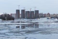 A reflexão da construção no rio do inverno Imagens de Stock