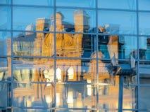 Reflexão da construção velha a troca de milho nas janelas do shopping moderno Foto de Stock