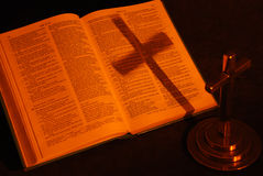 Reflexão da cruz na Bíblia imagens de stock