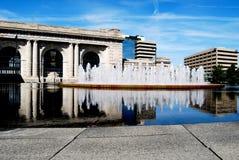 Reflexão da estação da união com fonte de água Fotos de Stock Royalty Free