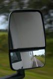 Reflexão da estrada no espelho do rv Imagem de Stock