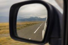 Reflexão da estrada no mirrow do lado do carro Imagens de Stock Royalty Free