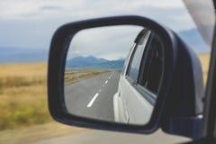 Reflexão da estrada no mirrow do lado do carro Fotografia de Stock