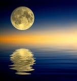 Reflexão da Lua cheia Imagem de Stock
