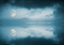 Reflexão da Lua cheia Fotos de Stock Royalty Free
