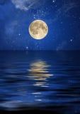Reflexão da lua e das estrelas Imagens de Stock