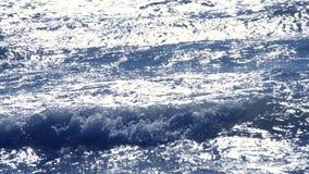 Reflexão da luz solar do brilho na superfície de ondas do mar vídeos de arquivo