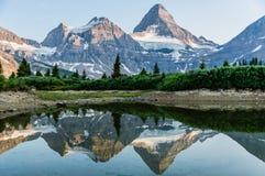 Reflexão da montagem Assiniboine fotos de stock