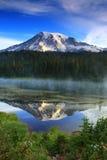 Reflexão da montanha da manhã Foto de Stock Royalty Free