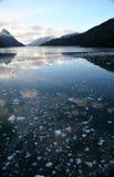 Reflexão da montanha, gelo impetuoso Fotos de Stock