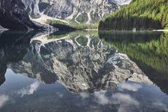 Reflexão da montanha na água imagem de stock royalty free