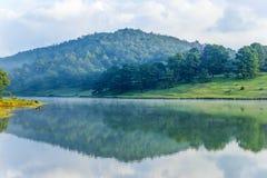 A reflexão da montanha na água Imagem de Stock