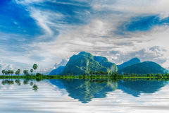 Reflexão da montanha na água Imagens de Stock Royalty Free