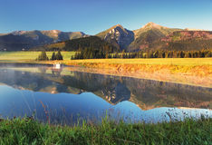 Reflexão da montanha na água - Belianske Tatry, Eslováquia Imagem de Stock Royalty Free
