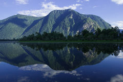 Reflexão da montanha no lago Fotografia de Stock