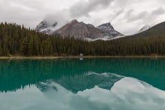 Reflexão da montanha no lago calmo no jaspe imagens de stock royalty free