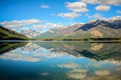 Reflexão da montanha no lago Whiteswan, Columbia Britânica, Canadá Fotos de Stock