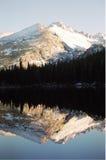 Reflexão da montanha rochosa   Foto de Stock