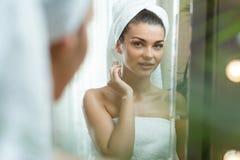 Reflexão da mulher atrativa Foto de Stock Royalty Free