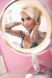 Reflexão da mulher com mão no cabelo Imagem de Stock Royalty Free