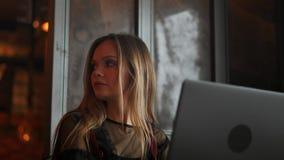A reflexão da mulher de negócios dos olhos da mulher de trabalho focalizada vidros clara da tabuleta 4k do portátil do Internet f vídeos de arquivo