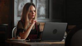 A reflexão da mulher de negócios dos olhos da mulher de trabalho focalizada vidros clara da tabuleta 4k do portátil do Internet f filme
