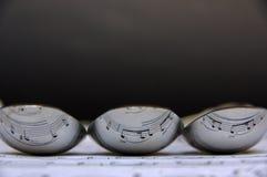 Reflexão da pauta musical em três colheres mim Imagens de Stock