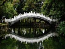Reflexão da ponte chinesa foto de stock