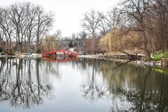 Reflexão da ponte da lagoa do parque dos leões - Janesville, WI Imagens de Stock
