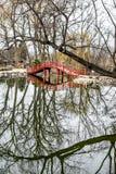 Reflexão da ponte da lagoa do parque dos leões - Janesville, WI Fotografia de Stock Royalty Free