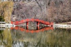 Reflexão da ponte da lagoa do parque dos leões - Janesville, WI imagem de stock royalty free