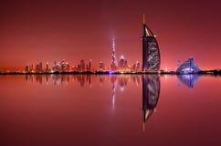 Reflexão da skyline de Dubai na noite, Dubai, Emiratos Árabes Unidos Imagem de Stock