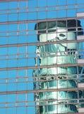 Dong-Um Ilbo refletido em Windows Fotos de Stock Royalty Free