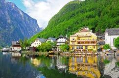 Reflexão da vila em Hallstatt, Áustria Imagem de Stock