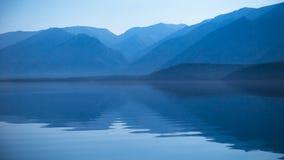 Reflexão das montanhas na água Foto de Stock