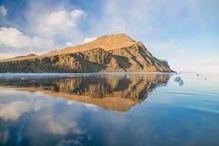 Reflexão das montanhas no gelo puro Fotografia de Stock Royalty Free