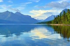 Reflexão das montanhas no lago McDonald no parque nacional de geleira imagens de stock