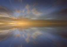 Reflexão das nuvens com efeito longo da exposição Foto de Stock